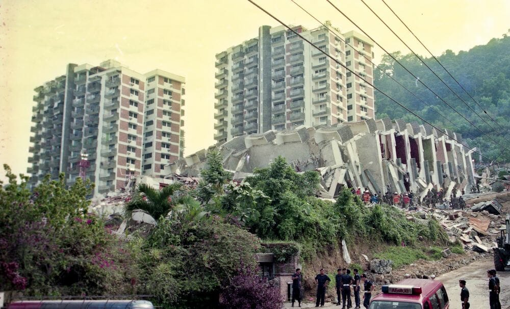 KUALA LUMPUR, 12 Disember 1993 -- Kelihatan Anggota Polis sedang membuat kawalan di sekitar kawasan bangunan Highland Tower yang runtuh semalam di sini, hari ini. -- fotoBERNAMA HAKCIPTA TERPELIHARA